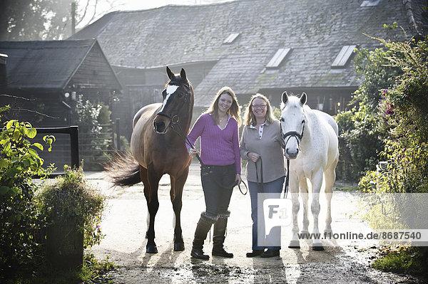 Außenaufnahme stehend Pferdestall Frau 2