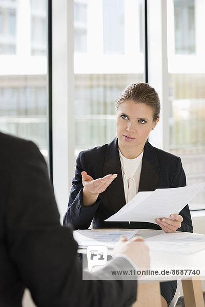 Geschäftsfrau  Diskussion  Kollege  über  Cafe  Büro  Dokument