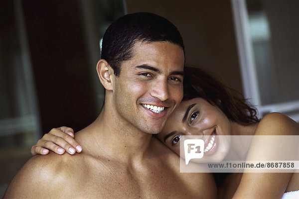 Ein Paar  Mann und Frau  umarmt und lachend.