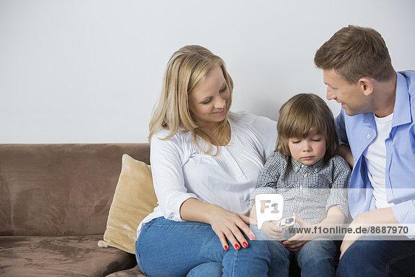 sitzend Interior zu Hause Couch Ärger Sohn Menschliche Eltern