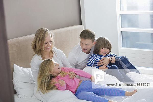 Spiel  Menschliche Eltern  Schlafzimmer