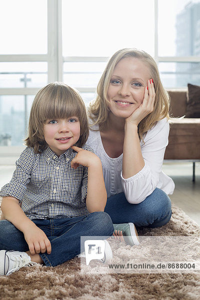 sitzend  Portrait  Fröhlichkeit  Junge - Person  Zimmer  Teppichboden  Teppich  Teppiche  Wohnzimmer  Mutter - Mensch