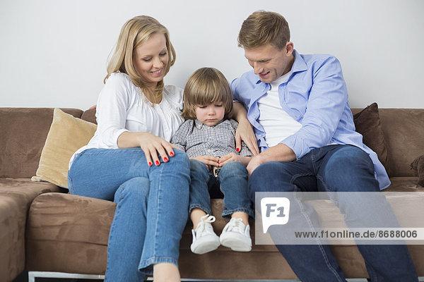 sitzend Interior zu Hause Couch Sohn Depression Menschliche Eltern