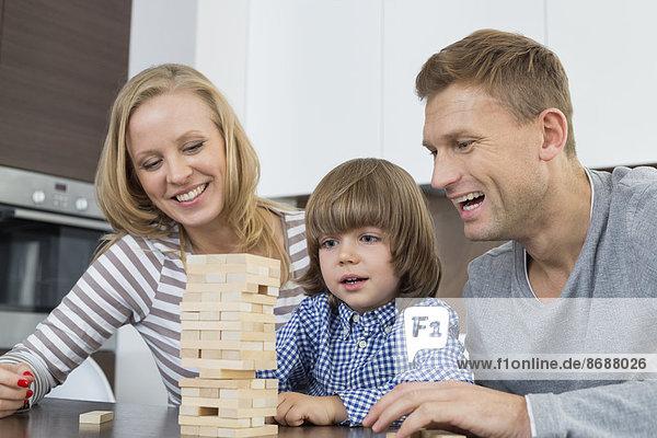 Interior zu Hause Fröhlichkeit Sohn Menschliche Eltern spielen