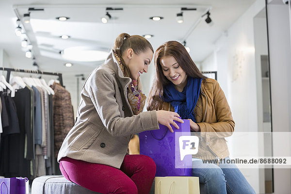 Frau  sehen  Tasche  kaufen  Laden  jung  Freund