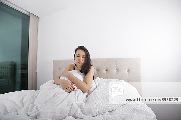 sitzend junge Frau junge Frauen Depression Bett