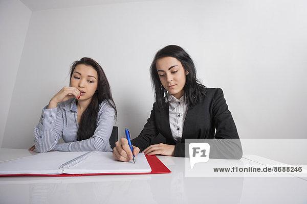 Geschäftsfrau  Schreibtisch  arbeiten  Büro