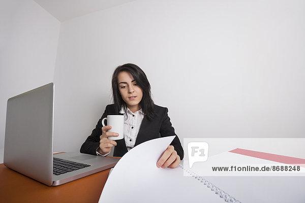 Geschäftsfrau  Schreibtisch  Becher  Büro  Dokument  Kaffee  vorlesen