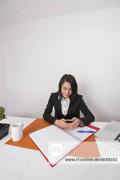 Geschäftsfrau  Schreibtisch  Telefon  Text  Büro  Kurznachricht  Handy