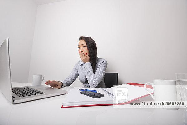 Geschäftsfrau  Schreibtisch  Notebook  arbeiten  müde  Büro