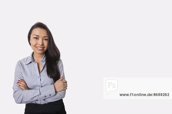 stehend überqueren Portrait Geschäftsfrau grau Hintergrund Hoffnung