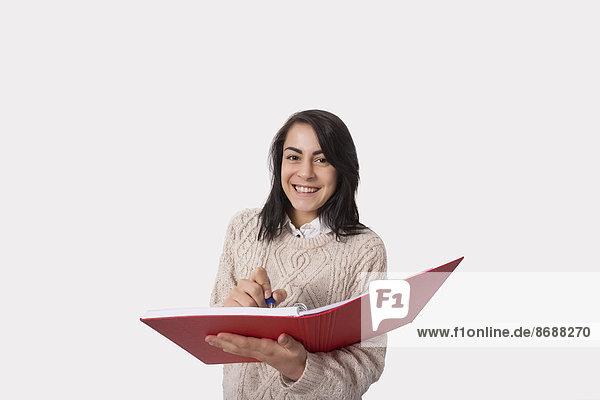 Stift  Stifte  Schreibstift  Schreibstifte  Portrait  Geschäftsfrau  Fröhlichkeit  Buch  über  weiß  Hintergrund  Taschenbuch