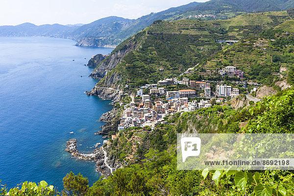 Italien  Ligurien  La Spezia  Cinque Terre  Riomaggiore  Blick auf Küste und Dorf