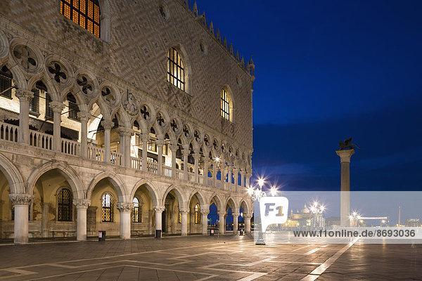 Italien  Venedig  Markusplatz mit Dogenpalast bei Nacht