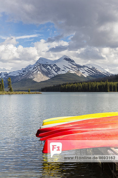 Kanada  Alberta  Jasper National Park  Maligne Mountain  Maligne Lake  Kanus am Steg Kanada, Alberta, Jasper National Park, Maligne Mountain, Maligne Lake, Kanus am Steg
