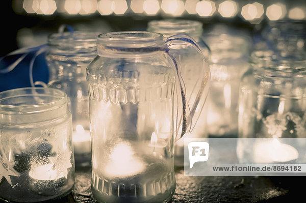 Viele Teelichter im Glas