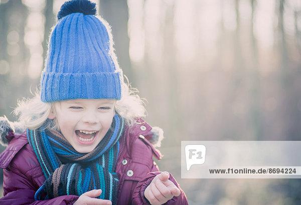 Lachender Junge mit blauem Wollhut