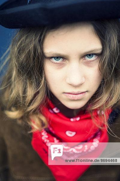 Portrait des rebellischen Mädchens mit rotem Kopftuch