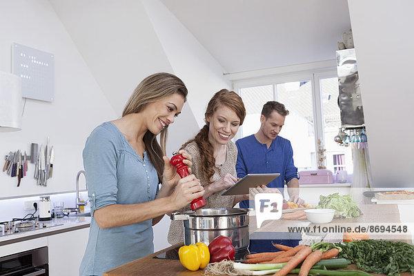 Drei Freunde beim gemeinsamen Kochen