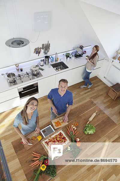 Drei Freunde beim gemeinsamen Kochen  Draufsicht