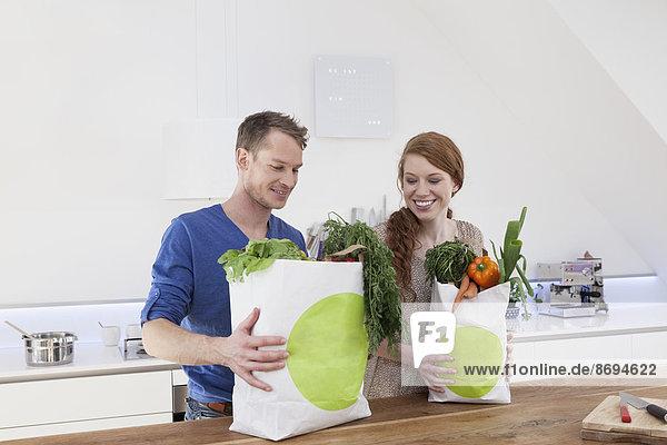 Paar hält Einkaufstaschen mit Einkäufen