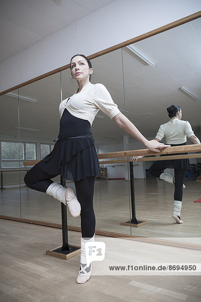 Deutschland  Bayern  Balletttänzerin bei einer Probe