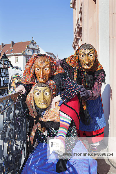 Drei Hexen auf dem Balkon des Gengenbacher Rathauses  schwäbisch-alemannische Fastnacht  Gengenbach  Schwarzwald  Baden-Württemberg  Deutschland