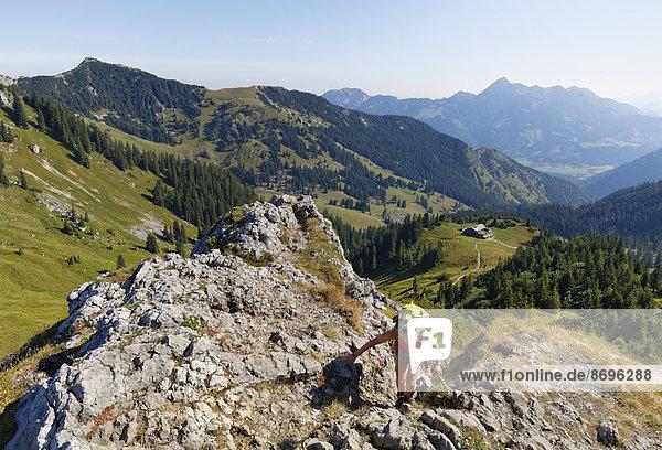 Ausblick vom Taubenstein  links die Aiplspitz  rechts das Taubensteinhaus und hinten der Wendelstein  Spitzingseegebiet  Mangfallgebirge  Oberbayern  Bayern  Deutschland