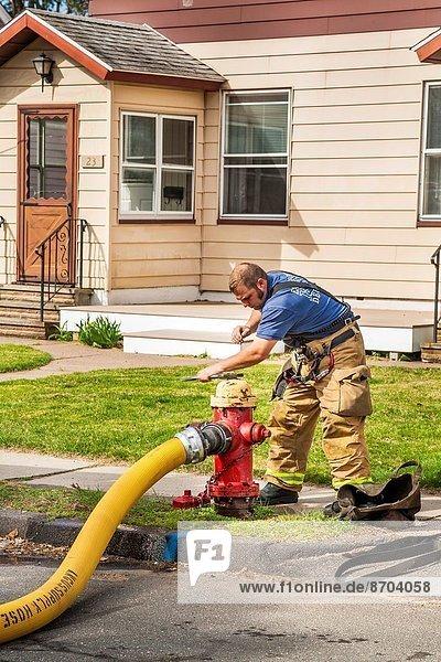 Feuerwehrmann  berichtigen  Feuer  Hydrant  Ventil