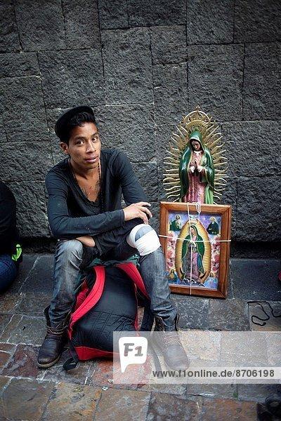 Portrait  Jugendlicher  Großstadt  Mexiko  Pilgerer  Basilika  Wallfahrt