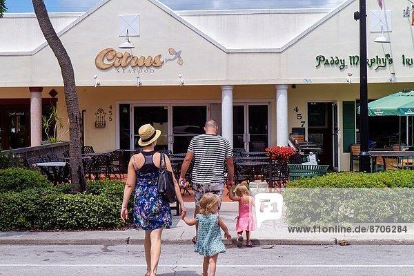 Frau  Mann  Menschlicher Vater  Schwester  halten  Tochter  Mädchen  Mutter - Mensch  Florida  Neapel