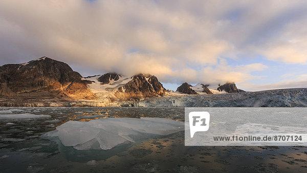 Gletscherlandschaft  Eisberg vorne  Berge im Sonnenuntergang  Vasa-Stortinden  Spitzbergen  Norwegen