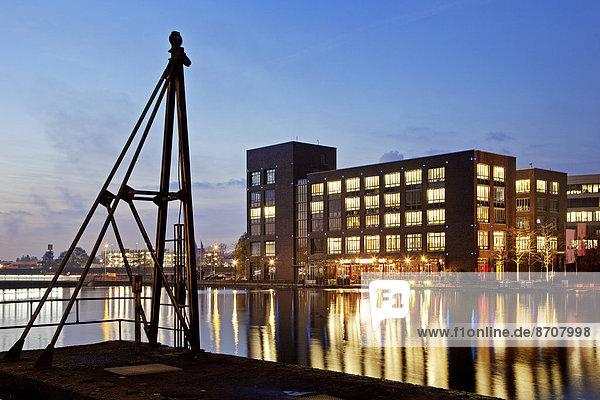 Innenhafen bei Dämmerung  Duisburg  Ruhrgebiet  Nordrhein-Westfalen  Deutschland Innenhafen bei Dämmerung, Duisburg, Ruhrgebiet, Nordrhein-Westfalen, Deutschland
