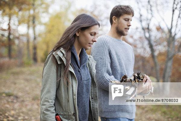 Paar mit Brennholz im Wald