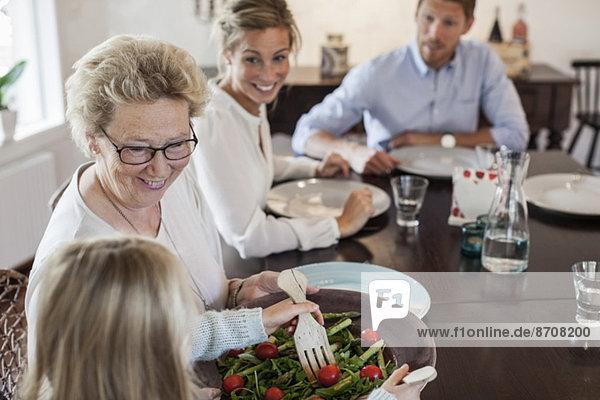 Mehrgenerationen-Familie beim Mittagessen am Esstisch