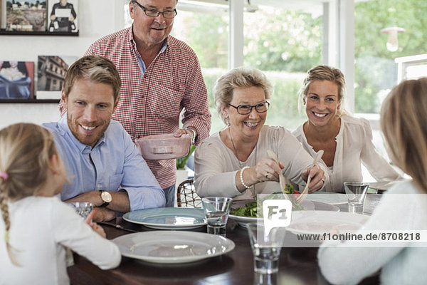 Mehrgenerationen-Familie beim gemeinsamen Mittagessen zu Hause