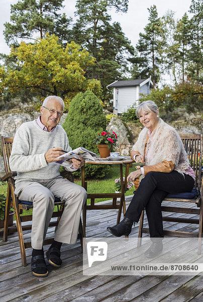 Ganzkörperporträt eines älteren Paares im Hof