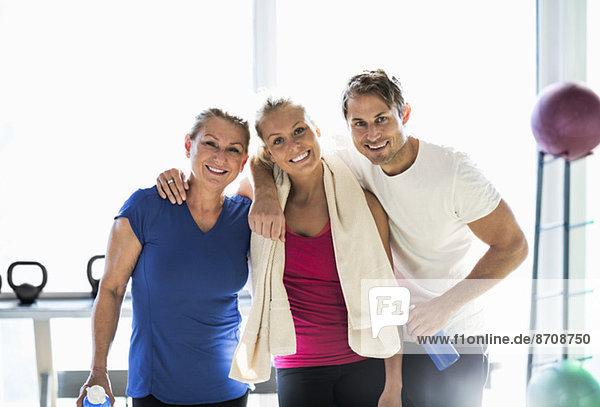 Porträt glücklicher Freunde im Fitnessstudio
