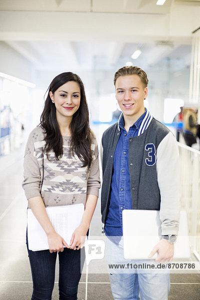 Porträt selbstbewusster Studenten am College-Korridor