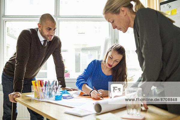 Geschäftsleute am Schreibtisch im Kreativbüro