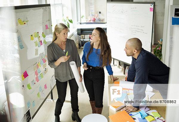 Geschäftsleute diskutieren im Kreativbüro