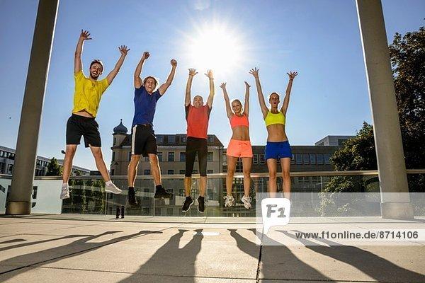 Fitnessklasse feiert auf dem Stadtdach