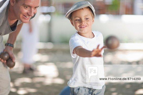 Vater und Sohn beim Boulespielen