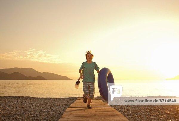 Brüder laufen auf der Strandpromenade  Fethiye  Türkei