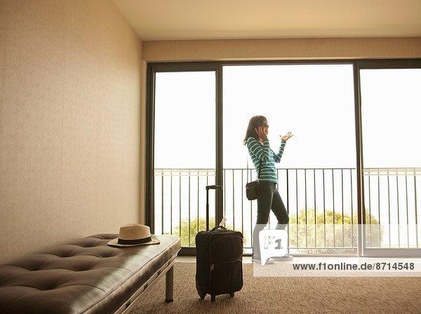 Reife Frau beim Telefonieren am Flughafen
