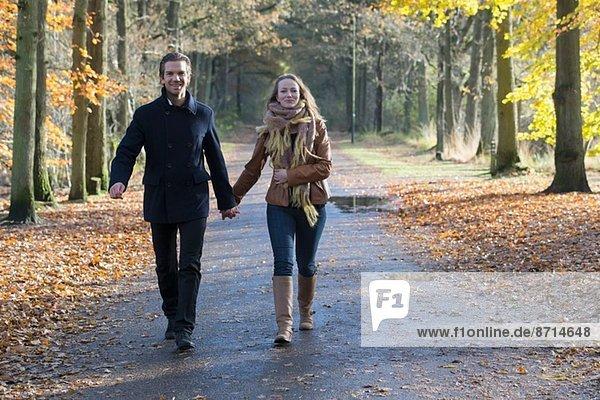 Paar Wanderung durch den Wald