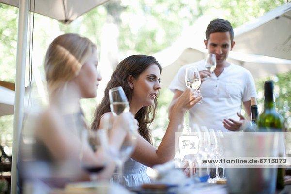 Junge Freunde beim Verkosten und Anschauen von Wein in der Weinbergsbar