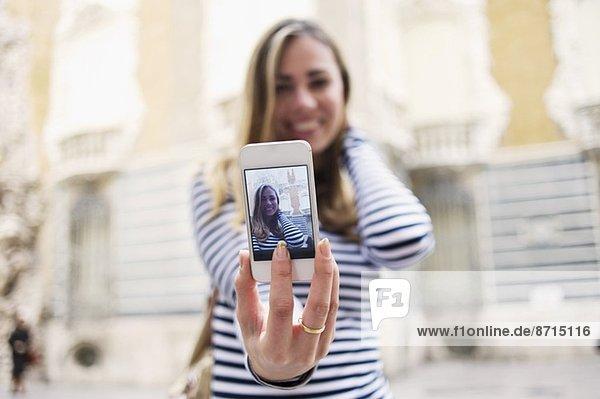Junge Frau posiert für Selbstporträt vor dem Keramikmuseum  Valencia  Spanien Junge Frau posiert für Selbstporträt vor dem Keramikmuseum, Valencia, Spanien