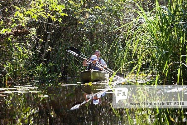 Vater und Sohn im Ruderboot  Everglades  Florida  USA