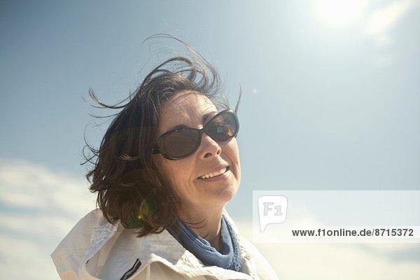 Porträt einer reifen Frau mit Sonnenbrille